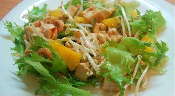 Тайский салат из манго и курицы