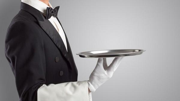 Официанты должны с галстуком и в перчатках или одеты в наряды эпохи Марии Антуанетты